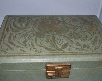 Vintage / green / jewelry box / gold design / latch / gold / velvet / velvet interior / silk lining lid / green jewelry box / vintage box