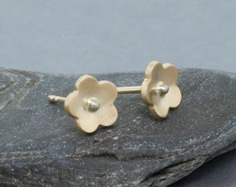 14K Gold fleur clous minimaliste or boucles d'oreilles cadeau pour ses boucles d'oreilles de la fleur d'or massif Simple • cadeau anniversaire mignon