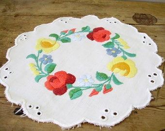 Vintage  Hungarian handmade Kalocsa doily,embroidered doily with cutwork
