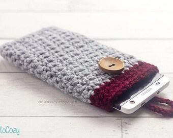 Etui / housse couleur gris clair et rouge bourgogne en crochet pour téléphone portable avec bouton en bois