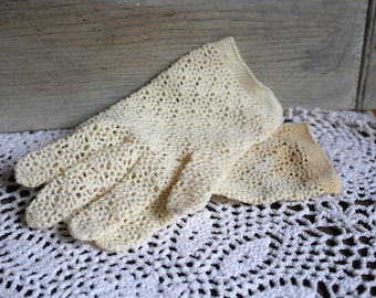 Vintage/cream/crochet/gloves. These gloves are very old. Beautiful gloves.