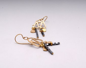 Geometrical earrings in goldplated brass with hematite cubic beads and metallic triangles EST