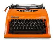 Typewriter in Retro Orang...