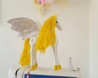 Flying Horse Soft Sculpture - peluche cheval ailé - autonomes cheval - Sculpture de Pégase à collectionner - Pegasus Art Doll - Kids Room Decor