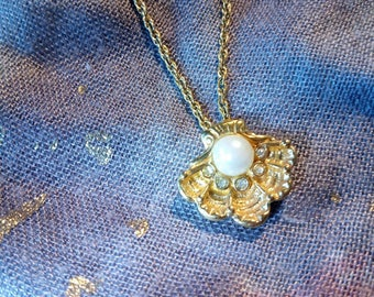 Vintage Shell gold pendant necklace with pearl