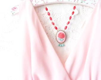 Vintage Perlen Cameo Halskette - Garten-Hochzeit - Erklärung Halskette - Ostern Halskette - Frühling - Pastell - rote Rose