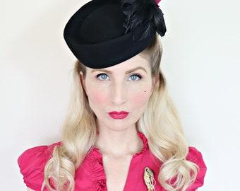 Vintage 1940s hat / 40s Tilt Hat / Black and fuschia / Felt flower / Feathers /  O ring