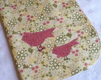 Couverture de bébé, 2 petits oiseaux applique, retro floral, rose, sauge, jaune