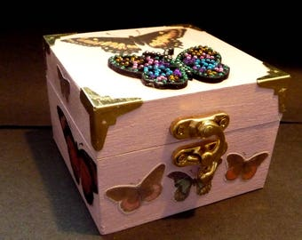 BUTTERFLY - Chic Retro Vintage - look.  Pink Trinket and treasures Box. Hand decorated with Retro look. Metal corners and clasp.