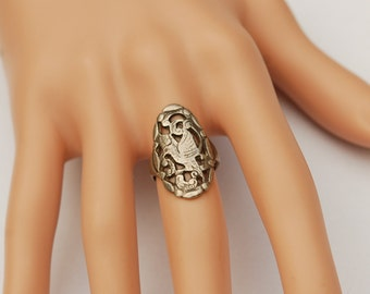 Fine Vintage Silver ring featuring a bird.              US Size 5     UK Size   J.5