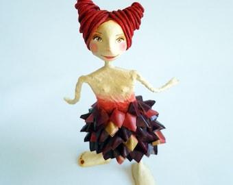 Femenine sculpture, cartapesta and air dry clay.