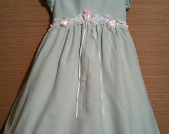 Free Shipping - An adorable little girl  vintage dress of quality,  size 5.
