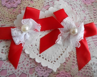 Red satin with white lace bows and white resin bead of 7.00 cm in height (with 2 bows)