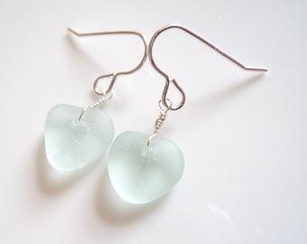 Seaham Seeglas hakenohrringe aus zartem Pastell Aqua Herz Form Tropfen aus Sterling Silber Haken - E1792 - aus Seaham, UK suspendiert