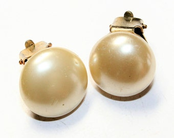 Faux Pearl Button Vintage Clip On Earrings (c1960s)
