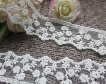 Gorgeous guipure lace, white-off 3.5 cm wide