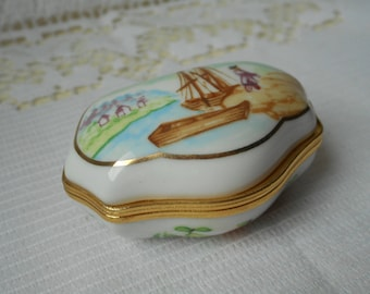 stunning vintage Del Prado hand finished porcelain pill / trinket box