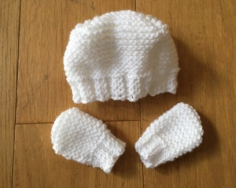 Woolly hat and gloves for baby
