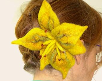 Grote gele lelie, hand gevilte bloem, haarkam, haarklip, broche, merinowol en zijde, cadeau voor haar, uniek vilt sieraad, vilt bloem,