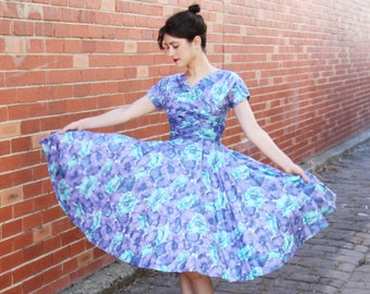 Vintage 1950s Styled by Lynbrook Lilac Pansy Dress / Velvet Bow Detail / Full Skirt / 1950s Cotton Dress / Full Skirt / XS/S