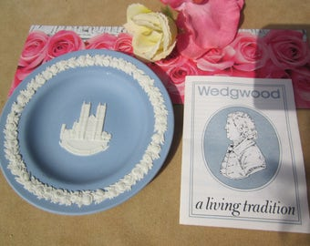 Blue & white WEDGWOOD Jasperware collectible plate: WESTMINSTER ABBEY W. Pamphlet story of Wedgwood Cie 1985