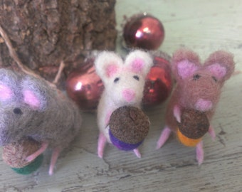 Needle Felt Mouse.  Needle Felt Mice.  Felt Animal.  Mouse with Acorn.  Mice with Acorn. Wladorf Mouse. Wool Mouse. folk Art
