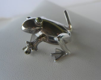 Sterling silver frog brooch with peridot eyes.  Bali silver frog pin.  Bali frog brooch sterling silver and peridot.  Frog brooch. Frog pin.