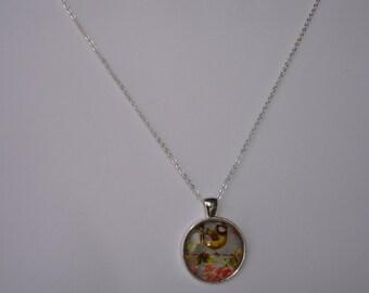 NECKLACE - Collier avec pendentif rond  argenté sous verre motif oiseaux et fleurs oranges