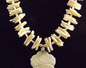 Mère de perle et d'eau douce perles collier et boucles d'oreilles