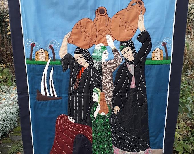 Tableau en tissu de femmes au bord du Nil. Tenture murale cousue par les fabricants de tente du Caire, pièce unique pour décorer salon