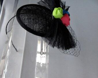 Schwarz Tüll Blume Bogen Sinamay Fascinator Hut mit Schleier und Satin Haarband, für Hochzeiten, Partys, besondere Anlässe