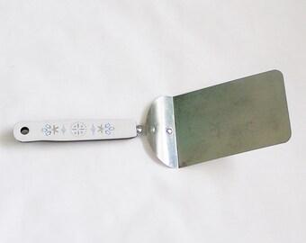 Vintage EKCO Solid Spatula, Offset Hamburger Turner Lifter, Tulip Pattern, 1960s Utensil, Plated Steel with Melamine Handle