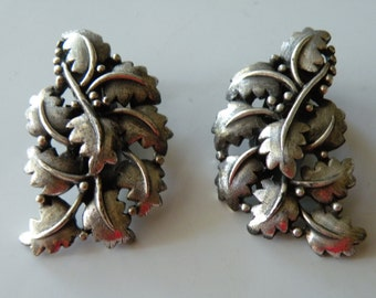 TORTOLANI Leaf clip - on earrings. Silver plated.