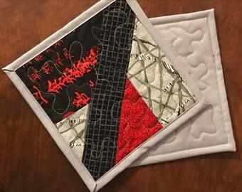 Deux tapis de tasse rouge, gris et noir. Tapis matelassé tasse, estampes asiatiques sous-verres, 7 po x 7 po.