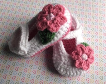 crochet baby shoes, crochet Mary Janes; knit baby booties, baby girl shoes, white baby booties, flower baby shoes; ready to ship, uk seller