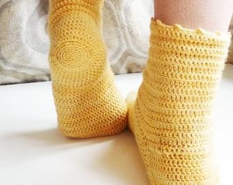 Marguerite socks, crochet pattern in PDF to crochet thin socks for women and teens