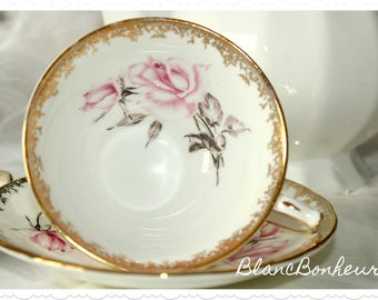 Aynsley, England: White tea cup & saucer with large pink roses
