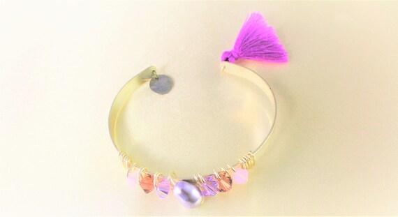 bracelet jonc mariage  perle nacrée swarovski imitant les perles de culture  , toupies swarovski et pompon