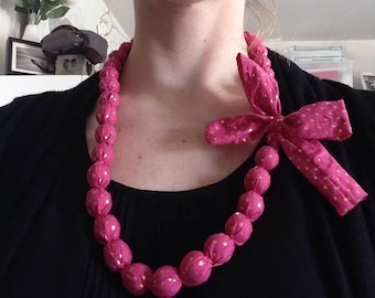 Fuschia necklace / gold and wooden beads, adjustable length with a pretty bow