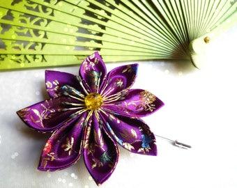 Broche fibule avec fleur en satin violet à motifs chinois et perle