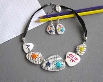 Bijou maîtresse, Collier et boucles d'oreilles maîtresse d'école, cahier d'écolier, taches multicolores, bijou fait-main pâte polymère fimo