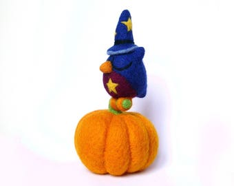 OWL on a pumpkin. Wool needle felted. By laPoissonnerie
