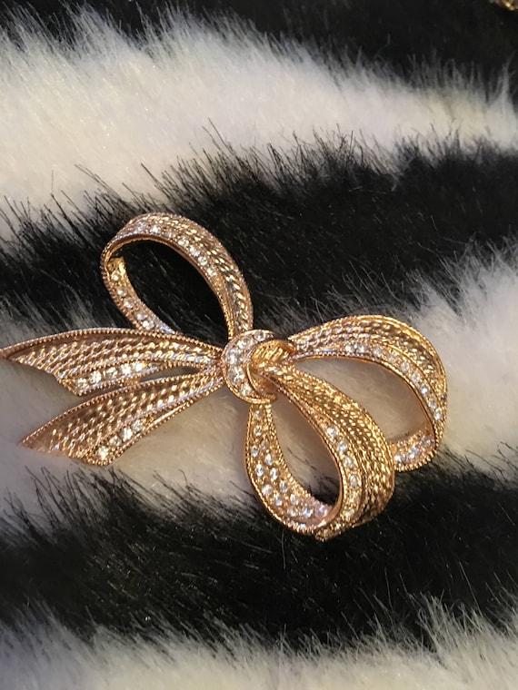 Sparkling Vintage Signed ROMAN Rhinestone encrusted Shiny Goldtone trending Ribbon Bow Present Brooch Pin
