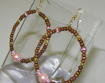 one HOOP EARRINGS fresh water PEARL  wood beads