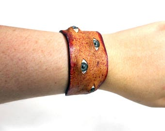 Bloody leather flesh cuff with eyeballs , real leather bracelet with acrylic blue eyes, splatter blood and gore, halloween horror, flayed