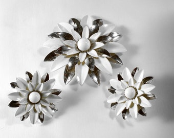 Vintage White Enamel Flower Silvertone Clip Earrings and Brooch Set Signed SARAH Cov * S559 Retro Sarah Coventry Demi Parure