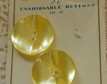 """2 Vintage 1950s yellow Mayfair buttons 2.8cm 1 1/8"""" #87"""