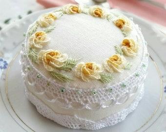 Vintage Handgefertigte Nadelkissen Handmade Pincushion Cake decor Pincushion embroidery cupcake Kuchen Stickerei Embroidery Pincushion