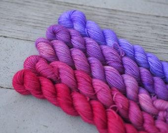 PAINTED LADY rose à violet dégradé doigté poids / / Mini écheveau lot 460 yards / / dégradé Ombre / / Superwash Merino Nylon chaussette