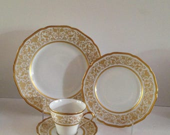 Hutschenreuther Hohenberg Pattern 404684 Fine Bone China 4-piece Place Setting; Dinner Plate, Salad Plate, Cup and Saucer Set; New Vintage